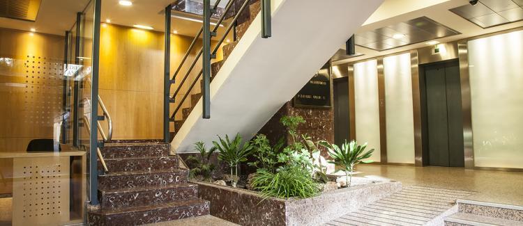 Entrada edificio alquiler de oficinas Antonio Valcarreres 1-3-5, Zaragoza